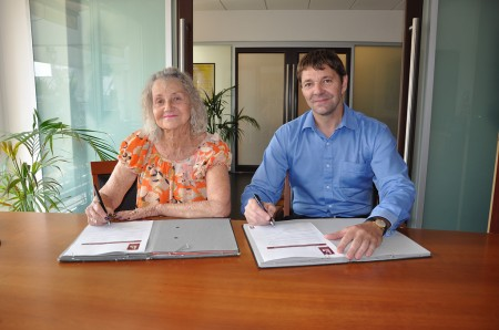 07-10-13-Signature-d_'une-convention-avec-l_'association-AVEC-pour-renforcer-les-visites-et-l_'accompagnement-des-malades-calédoniens-évacués-en-métropole
