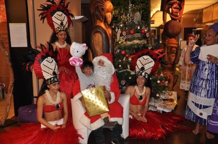 DSC_0233---Le-Père-Noël-distribue-les-cadeux